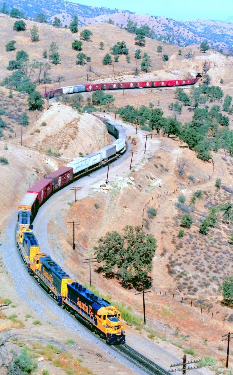 tehachapi-and-santa-fe-freight-1